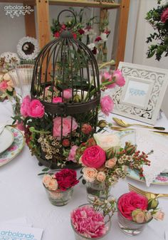 Centro de mesa para una boda vintage :: Birdcage full of flowers as table centerpiece for a vintage wedding