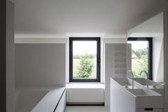 Zwarte ramen, wit plafond en binnenkant ramen, lichtgrijze muren