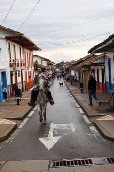 Imagen de una persona montando a caballo en Salento, Quindio. Cali, Colombia Travel, Kos, South America, Street View, Persona, Travelling, Barranquilla, Scenery