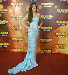 Camila Queiroz usa vestido de renda renascença em gravação (Foto: Gshow)