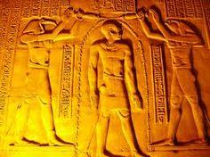 Detalle de relieves del faraon entre los dos dioses para la purificacion en su tour en kom ombo #excursiones_desde_luxor #tour_kom_ombo_templo #visita_del_templo_de_kom_ombo #Egipto_tours