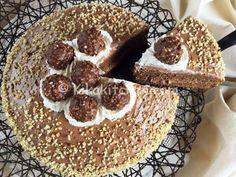La torta ferrero rocher è una soffice torta farcita con una golosa crema alla nutella e guarnita con granella di nocciole e ferrero rocher.