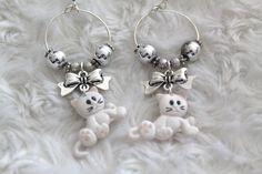 Boucles d'oreille créole argentée motif petit chat blanc et perles