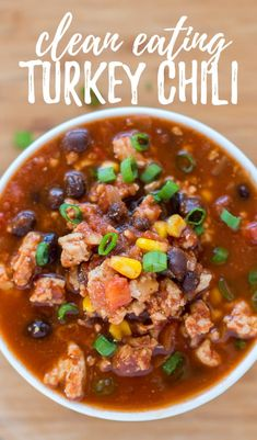 Eating Turkey Chili - This easy and healthy clean eating turkey chili recipe is perfect to make in the crock pot. It's -Clean Eating Turkey Chili - This easy and healthy clean eating turkey chili recipe is perfect to make in the crock pot. Clean Eating Pizza, Clean Eating Soup, Clean Eating Snacks, Eating Healthy, Clean Eating Crock Pot Meals, Eating Habits, Healthy Crock Pots, Clean Lunches, Clean Foods