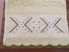 Toalha para lavabo , Karsten Melina,bordada a mão com fio de algodão egípcio e acabamento em festoné ou renda guipir importada . Toalha de primeira linha . Opções de Cores: branca, nude, palha ,rosa e verde pistache .