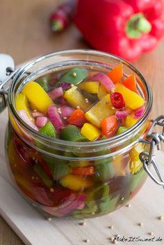 Eingelegte bunte Paprika mit Zwiebeln und Chili - Rezept - Gemüse einmachen mit Essig - als Antipasti Vorspeise oder Beilage zum Grillen