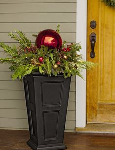 35 outdoor holiday planter ideas to decorate your Christmas porch - Xmas - Christmas Christmas Urns, Indoor Christmas Decorations, Winter Christmas, Christmas Home, Christmas Front Porches, Christmas Porch Ideas, Country Christmas, Primitive Christmas, Holiday Ideas