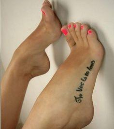 Photo : Tatouage phrase sur le pied : ''To Live is to Love'' (''Vivre c'est aimer'')