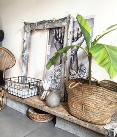 Inspiration Balinaise avec bois brut, panier et rotin... Sans oublier le mini bananier.