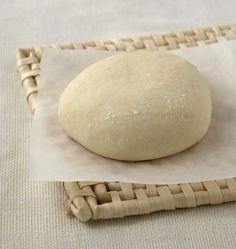 La recette de la pâte à pizza est simple, c'est une sorte de pâte à pain. L'idéal est d'avoir une machine à pain pour la pétrir et lui donner une belle élasticité.