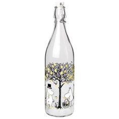Moomin glass bottle 1 l from Muurla - NordicNest.com Moomin Shop, Tove Jansson, Varanasi, Carafe, Scandinavian Design, Glass Bottles, Clear Glass, Gifts, Apples