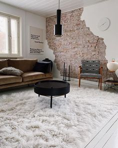 Rouheat pinnat ja tekstuurit tuovat näyttäviä yksityiskohtia sisustukseen, josta löytyy paljon upeita designkalusteita. Shag Rug, Rugs, Home Decor, Shaggy Rug, Farmhouse Rugs, Decoration Home, Room Decor, Blankets, Home Interior Design