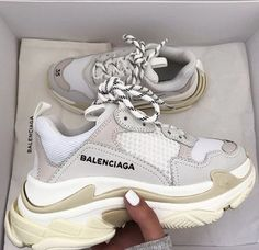 Sneakers Dad sneakers Balenciaga Inspiration More on Fashionchick Dad Sneakers, Converse Sneakers, Sneakers Fashion, Fashion Shoes, Gucci Shoes Sneakers, Shoes Trainers Nike, Fashion Clothes, Tumblr Sneakers, Beige Sneakers