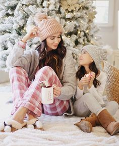 Family Christmas Pictures, Christmas Mom, Family Photos, Family Posing, Family Portraits, Xmas, Mommy And Me Outfits, Family Outfits, Mother Daughter Pictures
