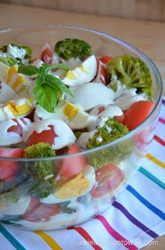 Sałatka z brokułami, pomidorami i jajkami z sosem czosnkowym