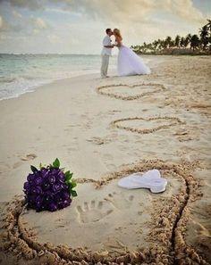 Kumsalda gelin ve damadın el izleri kalp içinde, çiçek ve sandalet ile düğün fotoğrafçısı pozu | Kadınca Fikir - Kadınca Fikir