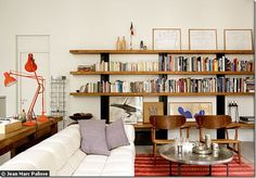 Prateleiras de madeira da sala de estar
