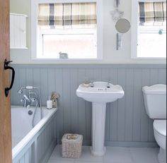 Couleur des murs et lambris Grey and white country bathroom with wall panels Upstairs Bathrooms, Downstairs Bathroom, Small Bathroom, Cottage Bathrooms, White Bathroom, Bathroom Wall, New Bathroom Ideas, Bathroom Inspiration, Bathroom Interior