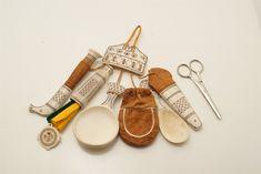 Samiskt gehäng Symbole Viking, Sewing Case, Folk Clothing, Lappland, Needle Case, Folk Costume, Man Stuff, Woodcarving, Handicraft