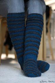 Tää on nyt vähä vanhempaa matskua. Nämä ruttusukat tein reilu vuosi sitten, uuden vuoden mökkireissulla. Halusin sukat jotka voi vetää hous...
