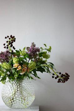 Tant Johanna - green viburrnum and plum Fritillaria persica. Flower Power, My Flower, Faux Flowers, Fresh Flowers, Beautiful Flowers, Purple Flowers, Wild Flowers, Vase Transparent, Green Plants