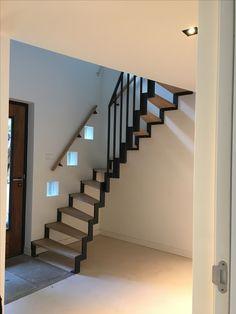 Prachtige combinatie van materialen toegepast in deze trap. Staal in combinatie met eiken treden in een draai. www.pieterdeboer.com