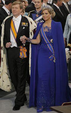 Máxima con un vestido del diseñador holandés Jan Taminiau en color 'azul Klein'. Tiara de diamantes y zafiros, también conocida como Tiara Mellerio (nombre de una famosa joyería parisina) y diseñada por Oscar Masin.