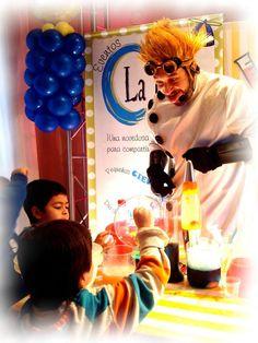 El profesor Atómico jugando con los pequeños científicos. Y descubriendo experimentos apasionantes.