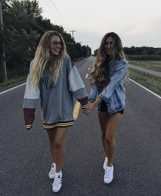Yezz take a picture like that with your bff is a dream come true Photos Bff, Bff Pictures, Best Friend Pictures, Friend Photos, Bff Pics, Tumblr Bff, Ft Tumblr, Tumblr Girls, Best Friend Photography