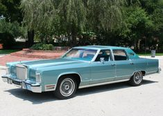 """For those of you out of the loop, I have a thing for to """"big old American cars"""" in aqua. Whether the bright turquoise of a 1955 Thunderbird or the light-metallic aqua of a Old American Cars, American Classic Cars, Retro Cars, Vintage Cars, Antique Cars, Lincoln Motor Company, Ford Motor Company, Lincoln Town Car, Ford Lincoln Mercury"""