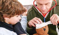 Vater und Sohn verarzten einen Teddybär