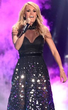 Carrie Underwood Wins Big & Looks Hawt At CMT 2015!