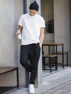 Minimalist outfit with white oversized tee-shirt and a fluid trouser. The white sneakers fit perfectly in this look