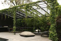 Nesse pergolado da churrasqueira, as vegetação auxilia na produção de sombras,  deixando o ambiente mais fresco. E lindo!