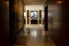 Decoração de apartamento na cidade. No corredor com revestimento de madeira, banco, arte, quadro e luminária de chão. #decoração #decor #apartamento #casadevalentina