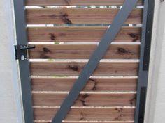 détails des pentures du portail bois House Front, Wooden Doors, Ladder Decor, Tiny House, Pergola, Gates, Fences, Blog, Outdoors