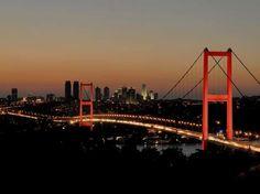 Ponte de B�sforo, Istambul  Constru�da entre 1970 e 1973, a Ponte de B�sforo conecta o lado europeu e o asi�tico de Istambul, na Turquia.  Constru�da acima das �guas do estreito de B�sforo, a ponte possui 1,5 metros de comprimento e 64 metros de altura. Durante a noite, ela � iluminada por luzes coloridas, criando uma bela cena com a cidade ao fundo  Foto: Getty Images