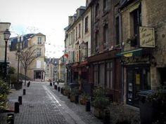Caen - Rue du Vaugueux avec ses maisons, ses restaurants, ses arbustes et ses lampadaires