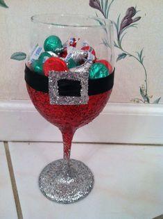 Glitter Wine Glass - Santa Style maybe use one of those GIGANTIC wine glasses Noel Christmas, Diy Christmas Gifts, Christmas Projects, Christmas Decorations, Diy Christmas Wine Glasses, Country Christmas, Christmas Ideas, Wine Glass Crafts, Bottle Crafts