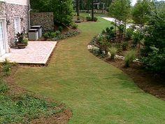 Proste i precyzyjne obrzeże trawnika - zasługa częstego przycinania krawędzi trawnika jak i zastosowania obrzeży z tworzywa sztucznego. Elastyczne obrzeża pozwalają dowolnie kształtować nasz trawnik. Efektowne.