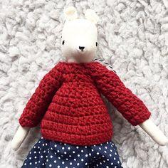 Little fox with a jumper. Ich finde den Hintergrund richtig schön. Er ist etwas abwechslungsreich, wegen dem Fell. ~ #sew #sewing #sewingproject #nähen #nähenisttoll #stoff  #pattern #sewpattern #fabric #fabricdolls #fabricdoll #softdoll #handmadedolls #foxdoll #sewcute #handmade #dollmakers #handmadesew #dollmaker #handmadedoll #clothdoll #instasew #cloth #coudre #étoffe #handmadetoy #lovehandmade  #dollmaking #jumpers #crochetjumper
