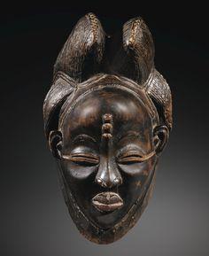 Les masques ikwara des Punu : esthétique et paradoxe  Il est paradoxal d'imaginer que certains chefs-d'œuvre de la sculpture africaine aient été façonnés, et avec quel talent, pour finalement ne pas être vus lors des rituels dans lesquels ils intervenaient. C'est pourtant le cas des masques Punu noirs, connus sous le nom de ikwara dans la région de la Ngounié (Sud Gabon).  En contrepoint de la multitude de masques « blancs » okuyi des Punu, représentant, sous les traits d'une jeune fille…
