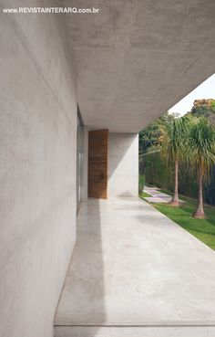 Image 15 of 24 from gallery of Carrara House / Studio [+] Valéria Gontijo. Photograph by manufatura creative Carrara, Concrete Houses, Concrete Floors, Interesting Buildings, Beautiful Buildings, Decor Interior Design, Interior Decorating, Different Architectural Styles, Home Structure