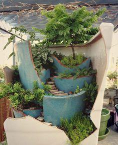 Piccoli giardini decorativi realizzati con vasi rotti n.01