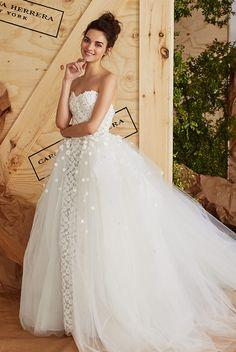 軽やかなフローラルレースを全身に施したドレスに、チュール素材をたっぷりと使用したオーバースカートを添えて。