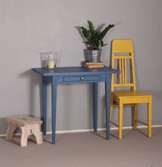 Kirjoituspöytä 85x50 cm maalattuna merensiniseksi. Jugend-tuoli auringonkeltaisena.