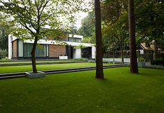 Minimalistische tuin met niveau's bij moderne villa in Doorn