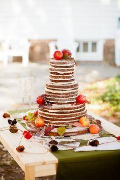 Naked Cake, com topo de bolo feito de maçãs/morangos um maior que o outro