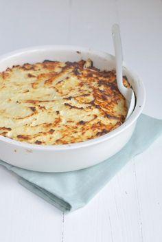 Lekkere moussaka! Zelf gevarieerd: ketjap aan gehakt toevoegen, aubergine plakken in oven grillen in 2 etappes op 160 graden, en evt voorgekookte aardappelschijfjes in een laag ertussen