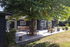 Michelin-kokkens oase i Nordsjælland Hygge, Front Garden Landscape, Barn Renovation, Outdoor Living, Outdoor Decor, Land Scape, Backyard Landscaping, House Colors, Outdoor Gardens